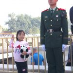 TianAnMenPlein_soldaat_en_kind_.JPG